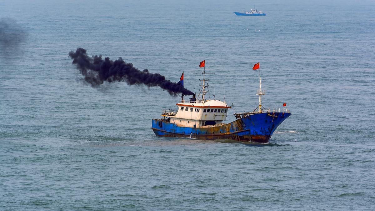 Unormal farge på eksosen gir mye informasjon feil på motoren i en fiskebåt.