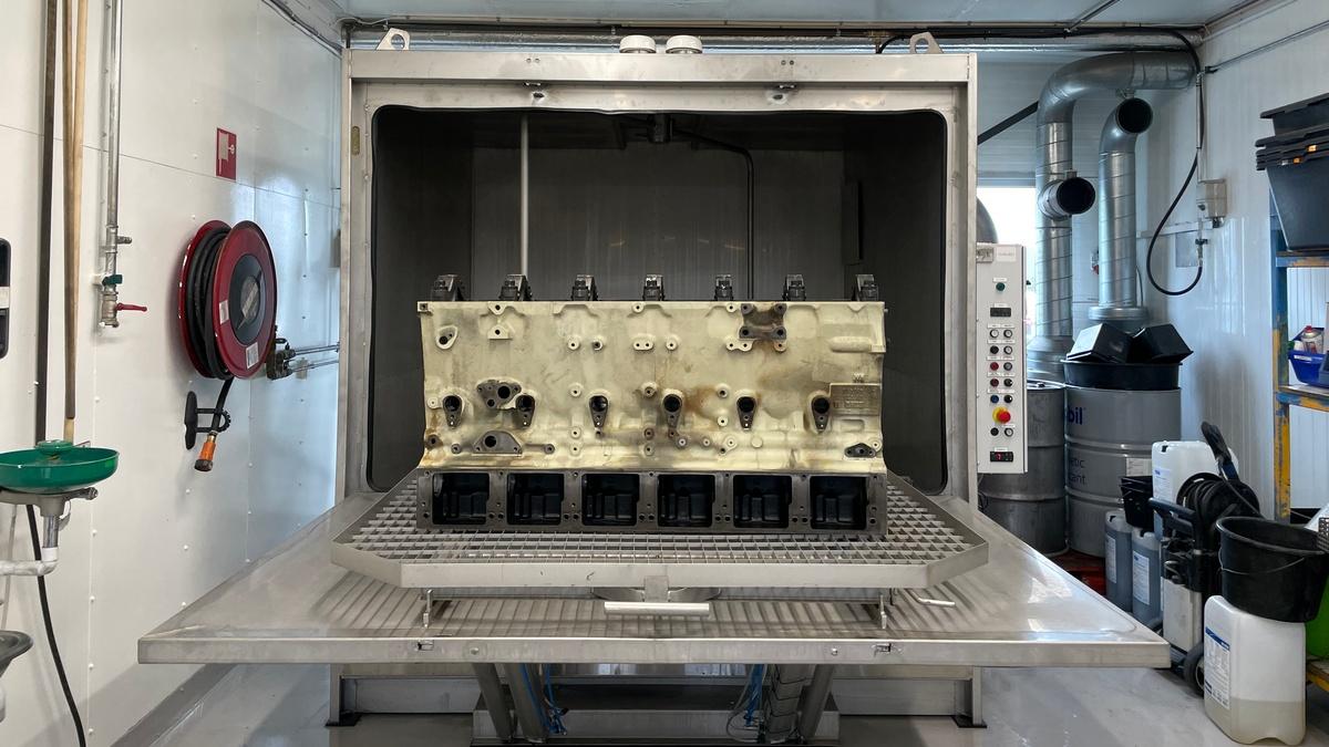 Vaskemaskinen tar grovrengjøringen, mens ultralydvaskeren rengjør alle utilgjengelige steder.